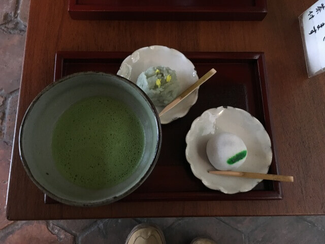 お庭を見ながら和菓子と抹茶をいただく贅沢・・