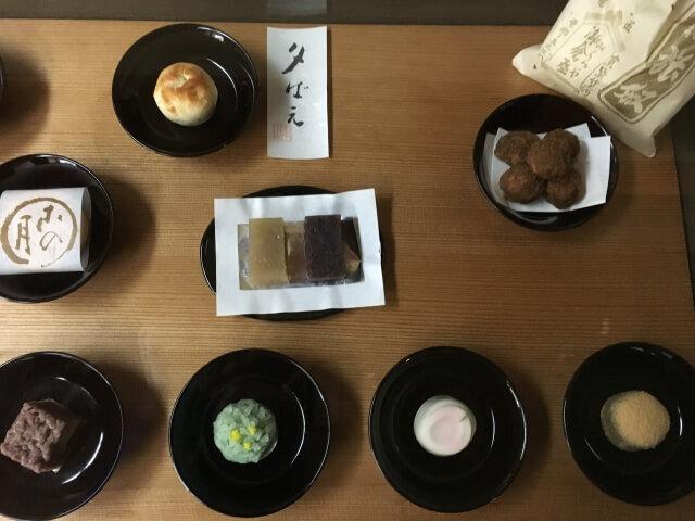 ガラスケース内の和菓子を見て注文