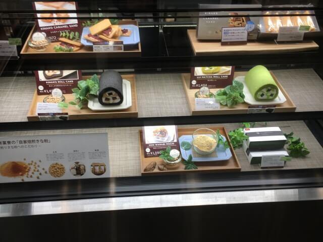 1階の販売スペースは選びきれないほど商品が並ぶ