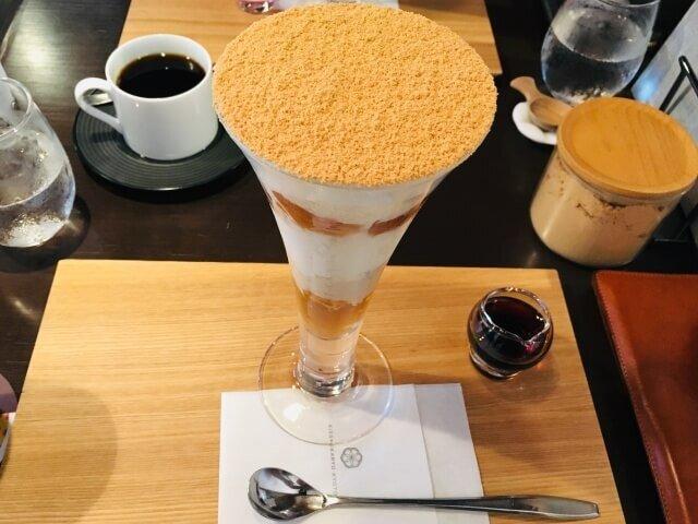 2階カフェは和モダンで落ち着く空間。パフェは評判通り絶品だった。