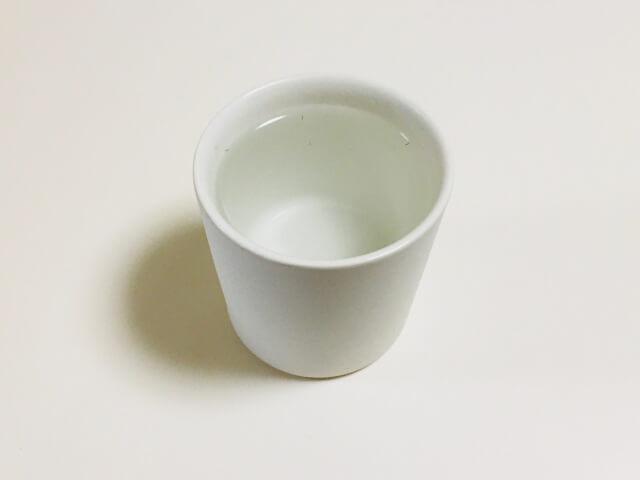 湯呑みにお湯を注ぎます